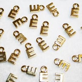 Letra E dorada