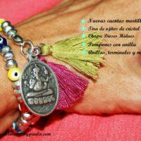 Pulsera con ojitos de colores, cuentas de zamak y chapa con diseño hindú...