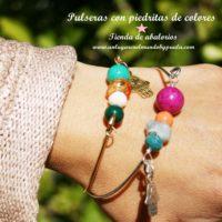 Pulseras de latón con piedritas naturales de colores y mano de Fátima con estrella.