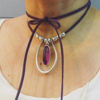 Collar corto en tono violeta.