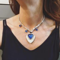Collar corto con resina triangular en color azul.