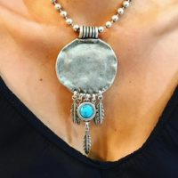 Collar corto de estilo étnico con plumas y detalle en resina turquesa