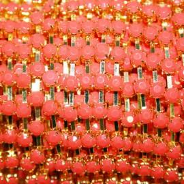 Cadena dorada y coral anaranjado