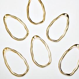 Aro oval martillado con agujero dorado