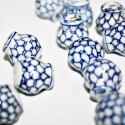 Ceramica blanca diseño en azul, escamas