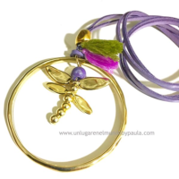Colgante con libélula en tonos lilas.
