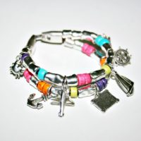 Pulsera con charms y mucho color...