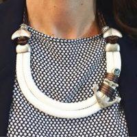 Collar: Náutico con cordón de paracord y piezas bañadas en plata.