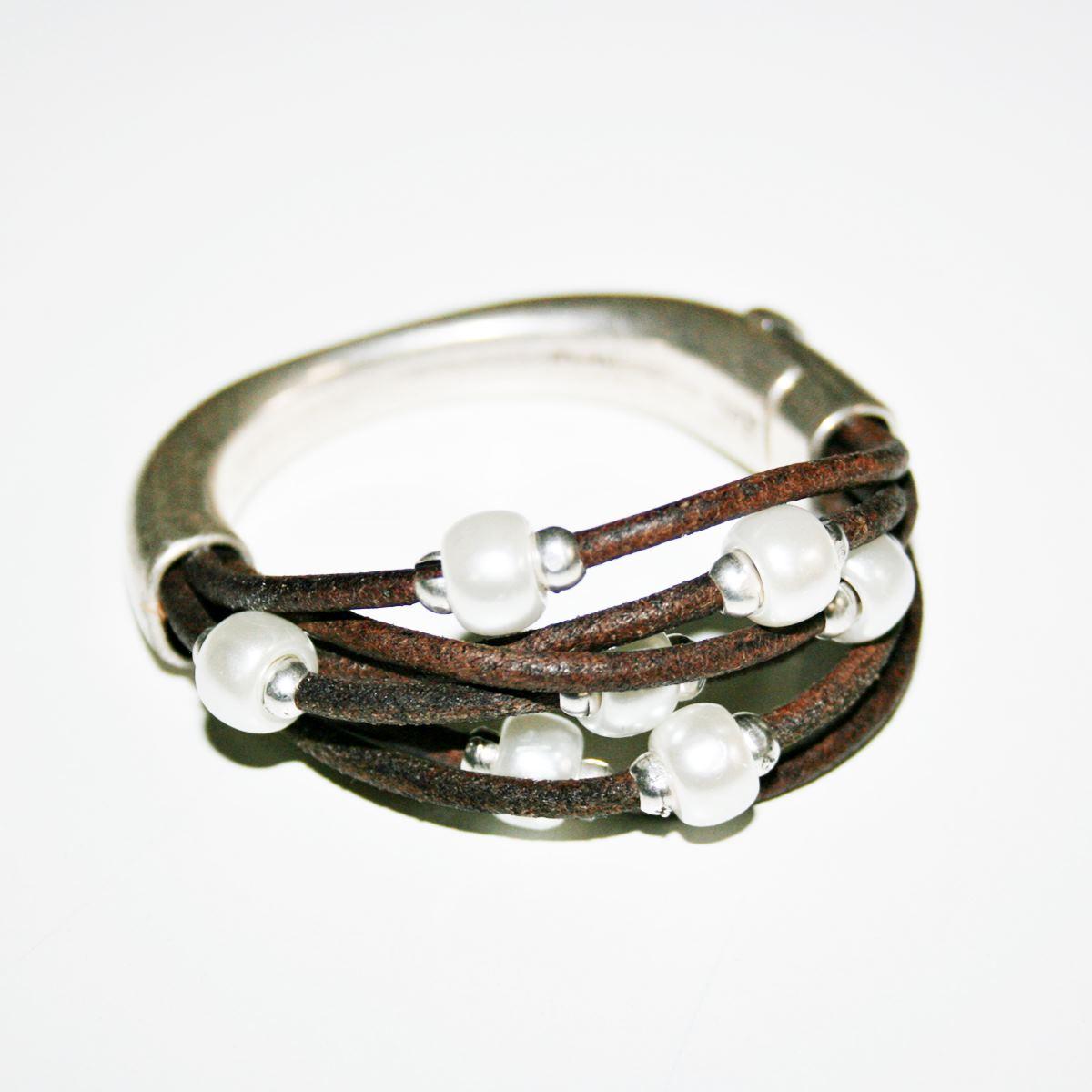 7944fba16468 Media pulsera con cuero y perlas. – Un lugar en el mundo by Paula