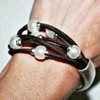 Media pulsera con cuero y perlas.