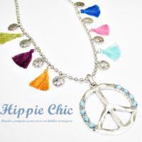 Un collar muy veraniego con pompones de colores y moneditas... Estilo Hippie Chic!