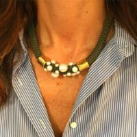 Collar corto con cordón de paracord y perlas.