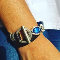 Pulsera de cuero natural, piezas de zamak y resina azul