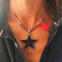 Collar corto con estrella con resina en color gris