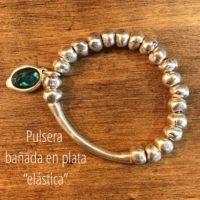 Pulsera bañada en plata con detalle de charm con resina verde....