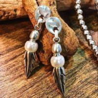 Pendientes con perlas y hojitas de zamak