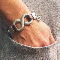 Pulsera con infinito y cadena bañada en plata.