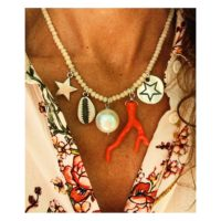 Collar corto con charms bañados en plata y rama de coral (sintética)