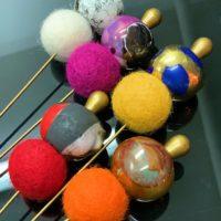 Alfileres bronce con bolas de cerámica y bolas de fieltro.